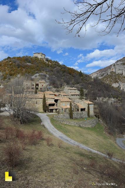 le chateau et le village de pommerol photo pascal blachier au delà du cliché