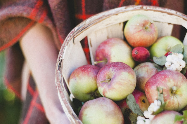 apples in #autumn #fall www.vintagewhitesblog.com