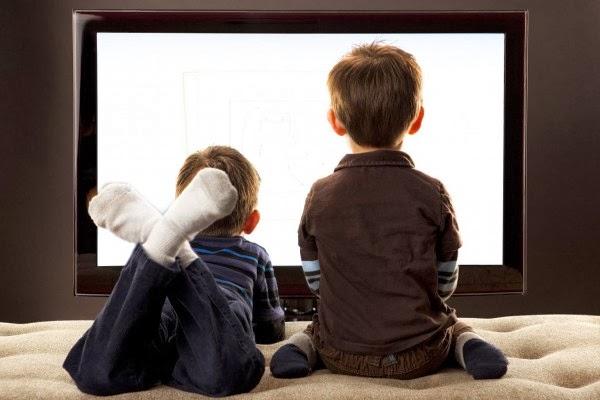 TV, VIDEO GAME E CELULAR AO LADO DA CAMA FAZEM AS CRIANÇAS PERDEREM O SONO E IREM PIOR NA ESCOLA