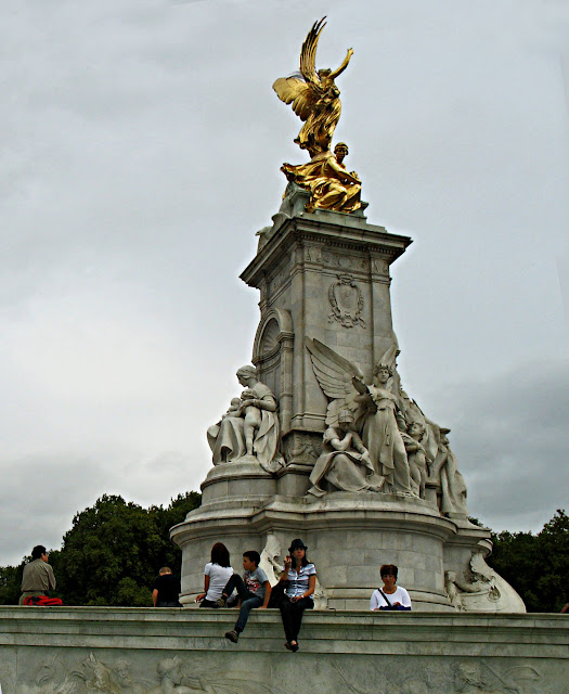 close-up of Victoria Memorial in front of Buckingham palace