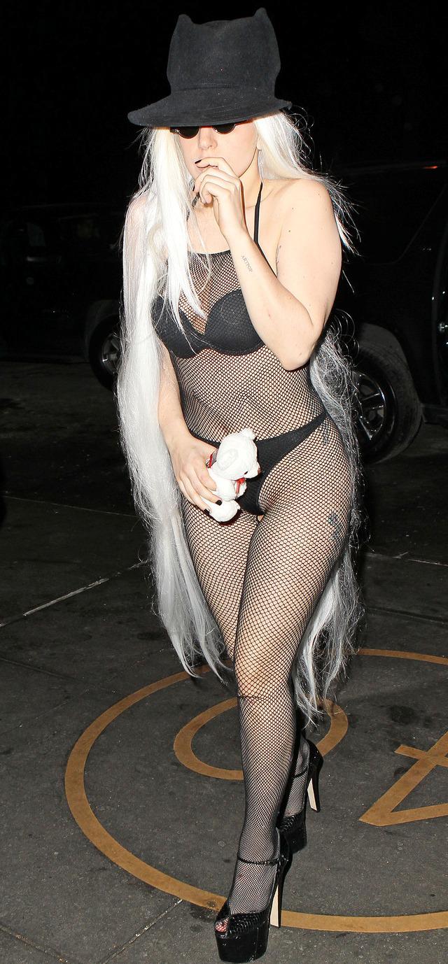 Lady Gaga camina en ropa de baño por las calles de Nueva York