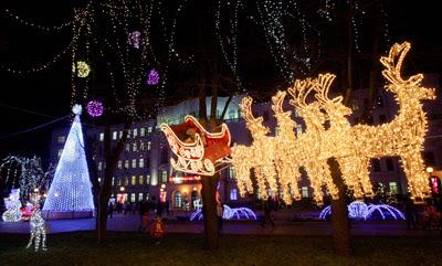 Фото Укринформ: сани Деда Мороза влекут олени