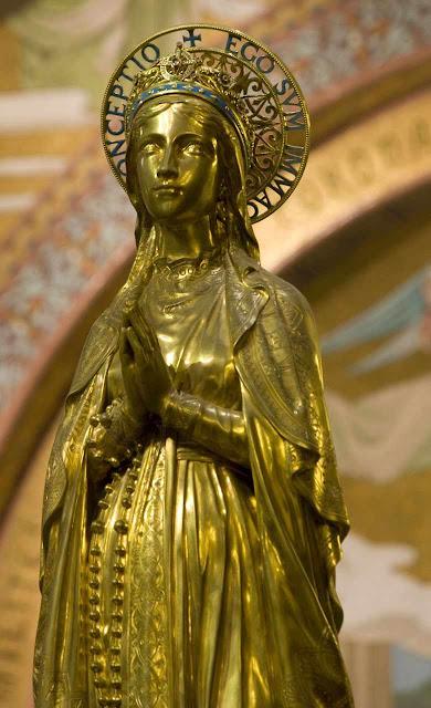 Imaculada Conceição na Basílica do Rosário em Lourdes