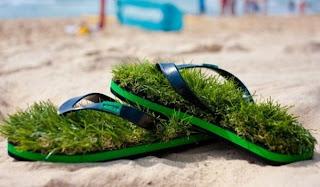 Lo último en la moda: sandalias con pasto