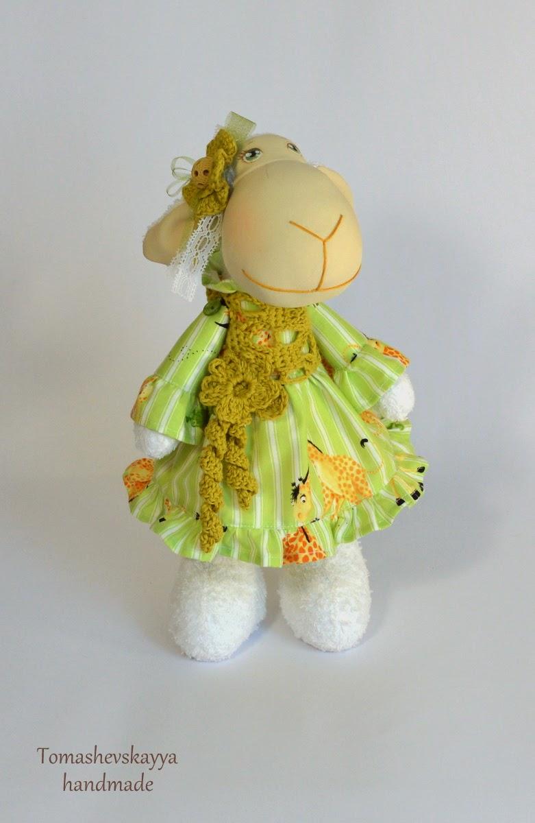 Текстильная овечка. Овечка игрушка. Милая мультяшная симпатичная овечка.