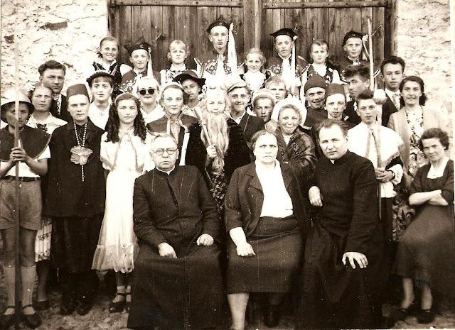 Zdjęcie przedstawia grupę dzieci ze szkoły w Giełzowie podczas jakiejś inscenizacji w roku 1958.