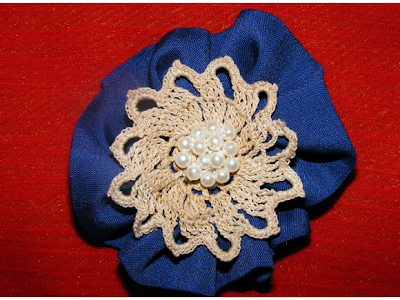 brosa handmade poza dantela crosetata albastra
