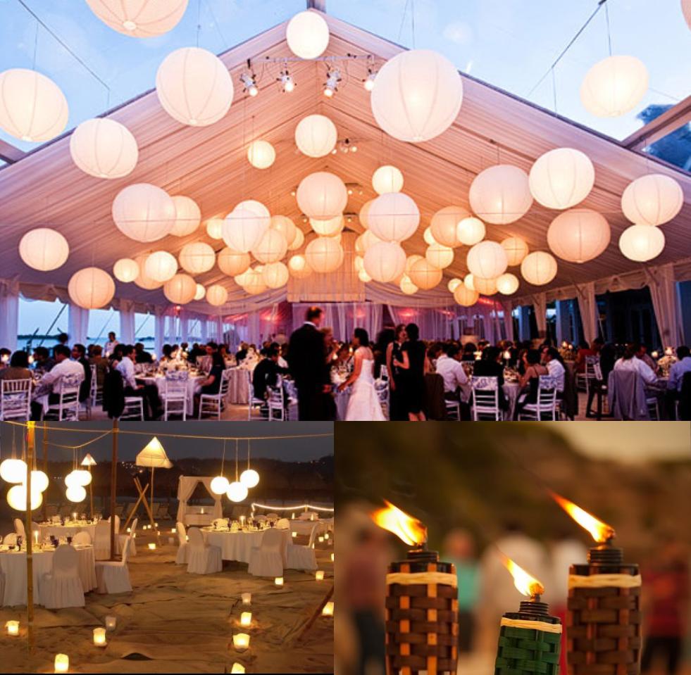 La ventaja de realizar la boda en el atardecer es que las recepciones sobre la arena de noche tienen todo este porte elegante y cálido tan bonito junto al