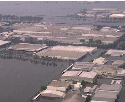 Hochwasser Thailand: Honda, Toyota und Nikon stellen vorübergehend Produktion ein und schließen Fabriken, Sturmflut Hochwasser Überschwemmung, Thailand, Oktober, Katastrophen, 2011, aktuell, Taifunsaison,