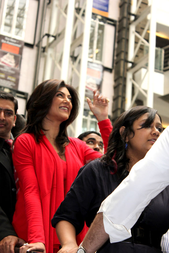  Sushmita Sen launch  Naturals Unisex Salon -  Sushmita Sen in red dress at Delhi
