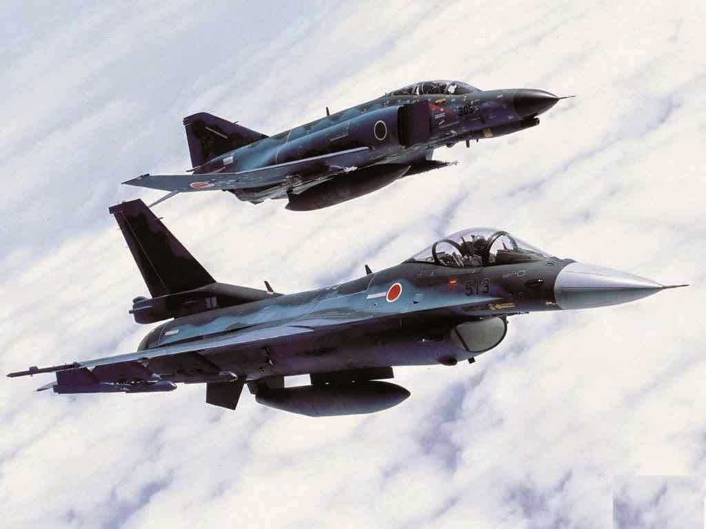 Jatos japoneses (na foto F-2 e F-4) já foram acionados mais de cem vezes  para afastar bombardeiros atômicos russos