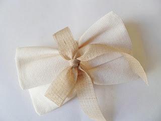 μπομπονιερα γαμου φάκελος ρομαντικη με φιογκο απο γαζα μπεζ της αμμου