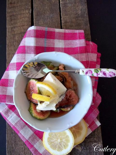 Karamelizované figy s mandlami  podávané s créme fraiche