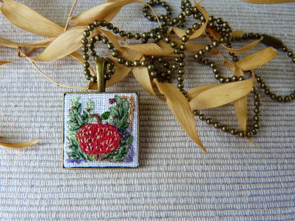 biżuteria, handmade jewerly, zebroid jewerly, naszyjnik z haftem, embroidered pendant, embroidered necklace
