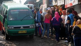 Warga Bandung antri untuk maniki Angkot jurusan Dago-Kebon Kalapa (Source- tekno.temp.co)