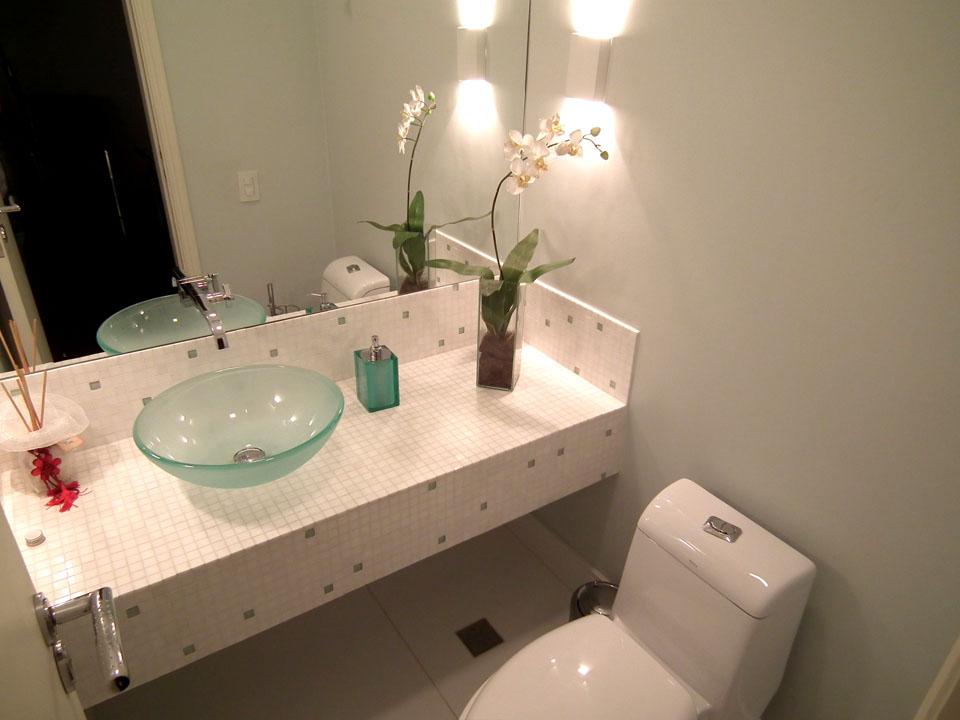 ideias decoracao lavabo:Bancada em pastilha da Mosarte, mármore e vidro