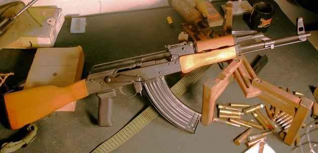 Σε... Ράκα μετέτρεψαν το Μενίδι οι αθίγγανοι: Δεκάδες αυτόματα και ημιαυτόματα όπλα βάλλουν για εκφοβισμό!