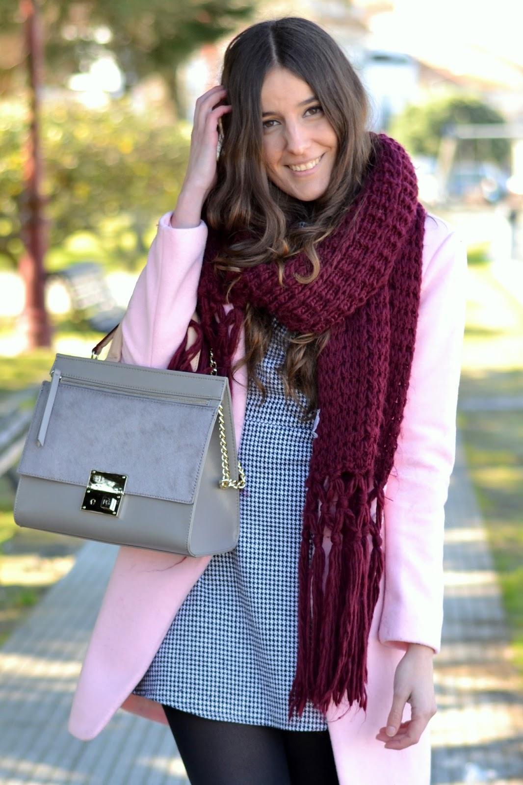 bolso gris purificacion garcía, bufanda burgundy, abrigo rosa