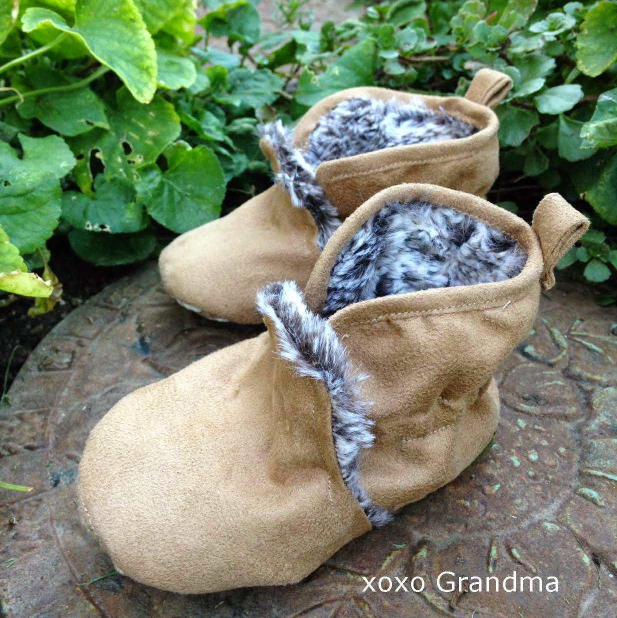 http://xoxograndma.blogspot.com/2014/11/warm-lined-baby-booties-tutorial-and.html