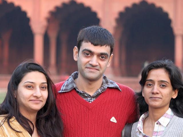 фотография индийского студента и двух студенток