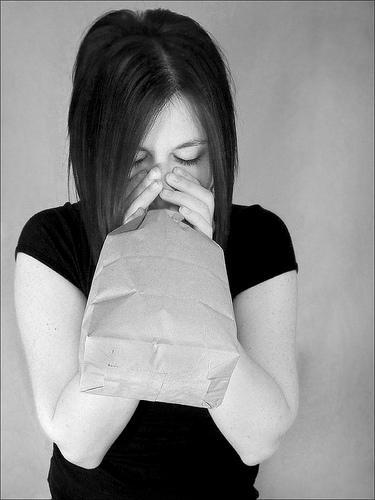 التنفس فى كيس من الورق للتخلص من الحازوقة