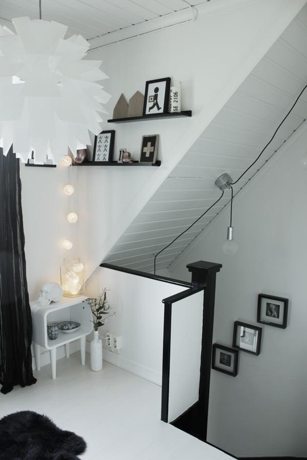 svart och vit hall, inredning svart och vitt, ljusslinga, ljusslinga i inredningen, tips belysning, mysig belysning