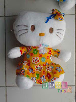 Boneka Hello kitty memakai baju