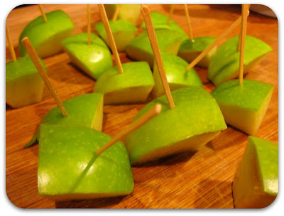 Easy_Halloween_Snacks_Candy_Caramel_Apple_Bites_mummy_dogs