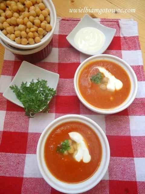 Kremowa zupa pomidorowa z ciecierzycą