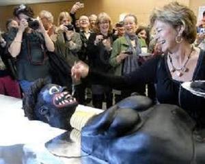 كعكة غريبه الشكل تصرخ عند تقطيعها ، تتسبب في طلب استقالة وزيرة الثقافة السويدية k3kh.jpg