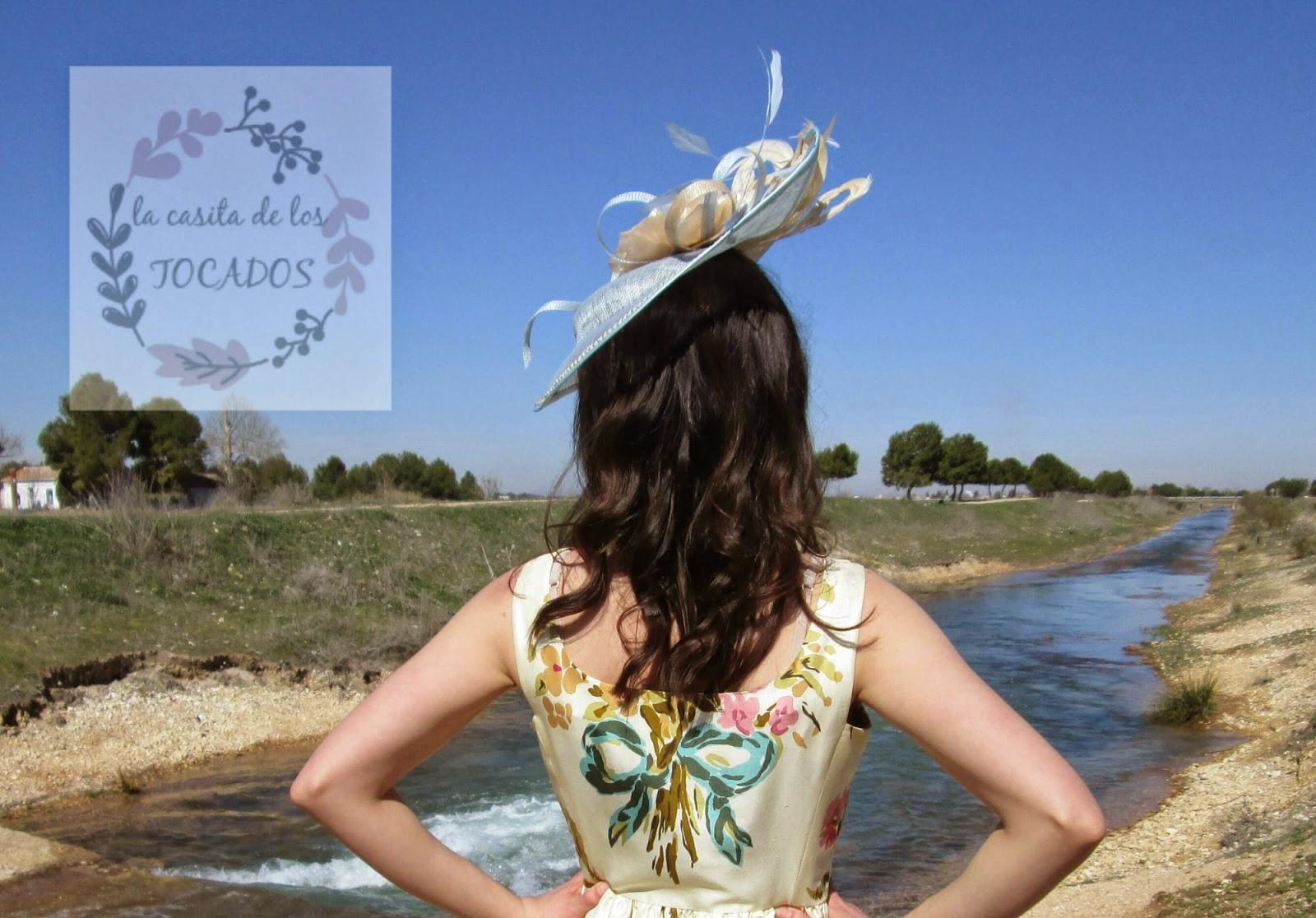 Pamela Atlanta color azul celeste y beige combinada con vestido estampado.