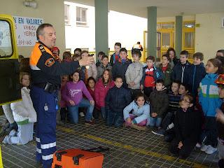 Voluntario muestra parte del equipo a los alumnos de EL MArques de Valero