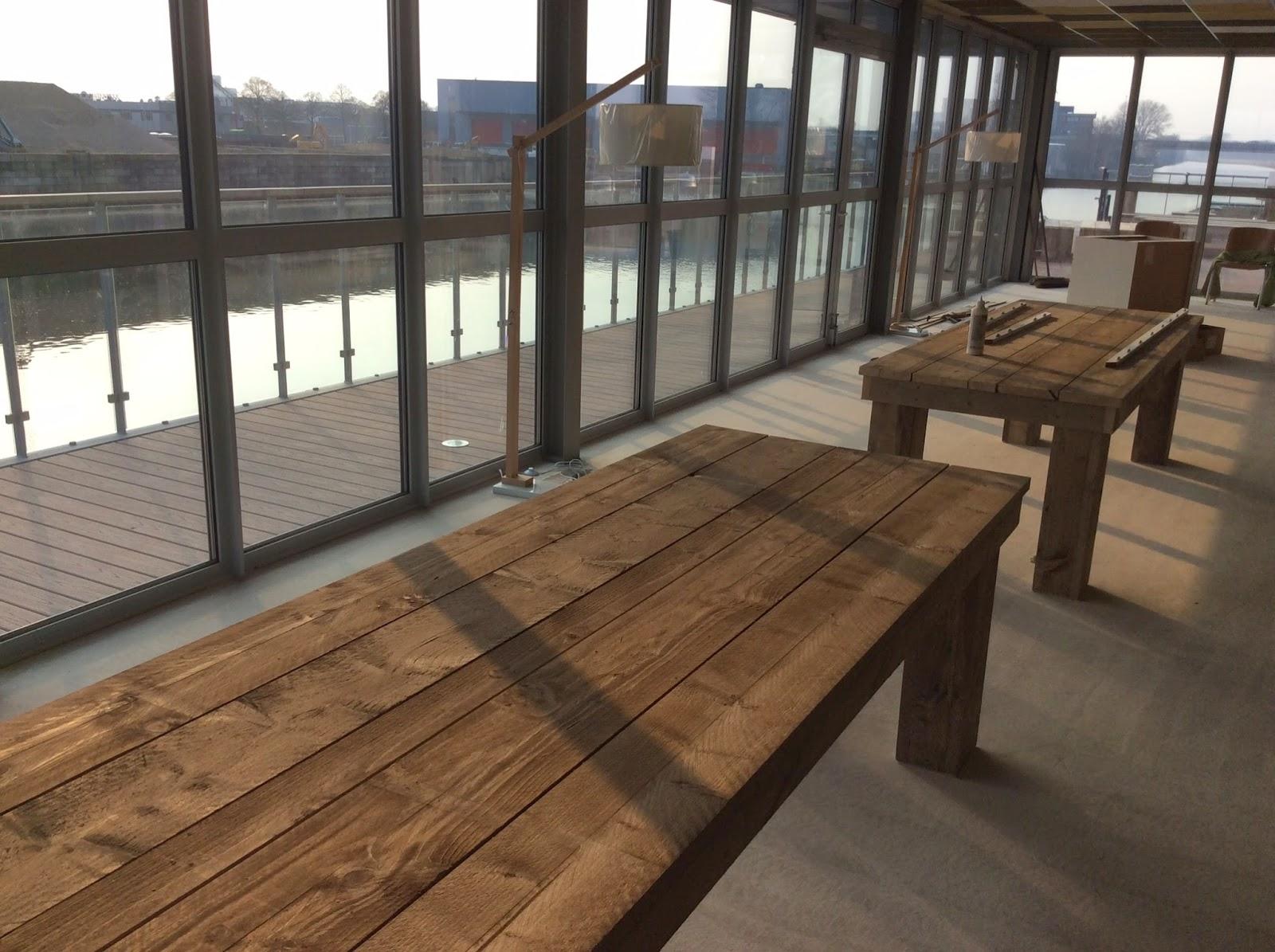 Steigerhouten tafels. Die gaan naar het terras.
