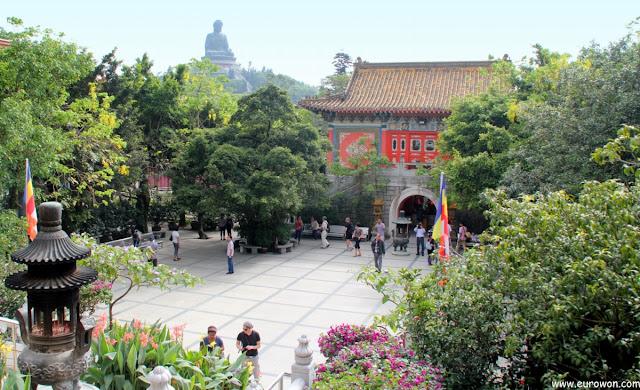 Patio del monasterio Po Lin y gran Buda sentado de Tian Tan