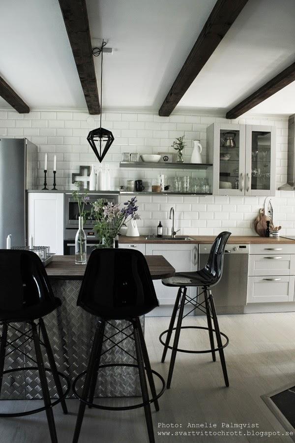 industriellt kök, industrikök, öppna hyllor i köket, döden lampa, taklampa, taklampor, kökslampa, design, snittblommor, blommor från trädgården, köksö, kors, detaljer, i kök, köksplanering, rostfria hyllor, hängande vitrinskåp, grått kök, gråa köksluckor, vita små kakelplattor, diskbänk, diskbänkar, blandare, köksblandare, stumpastake, inredning, inspiration, interiör, interiörsbild kök, köket, barstolar, barstol eames, eames stolar, svarta stolar, lilla bruket tvål, vitt, vita, svarta,