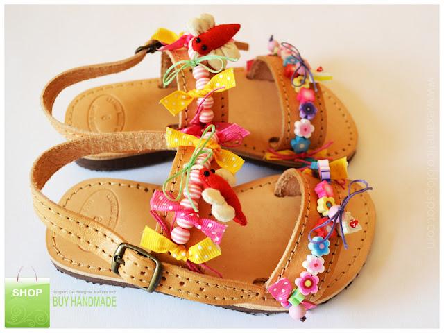 Καλοκαιρινά παιδικά δερμάτινα σανδάλια με λουλούδια, φιόγκους, χάντρες και ζουζούνια.