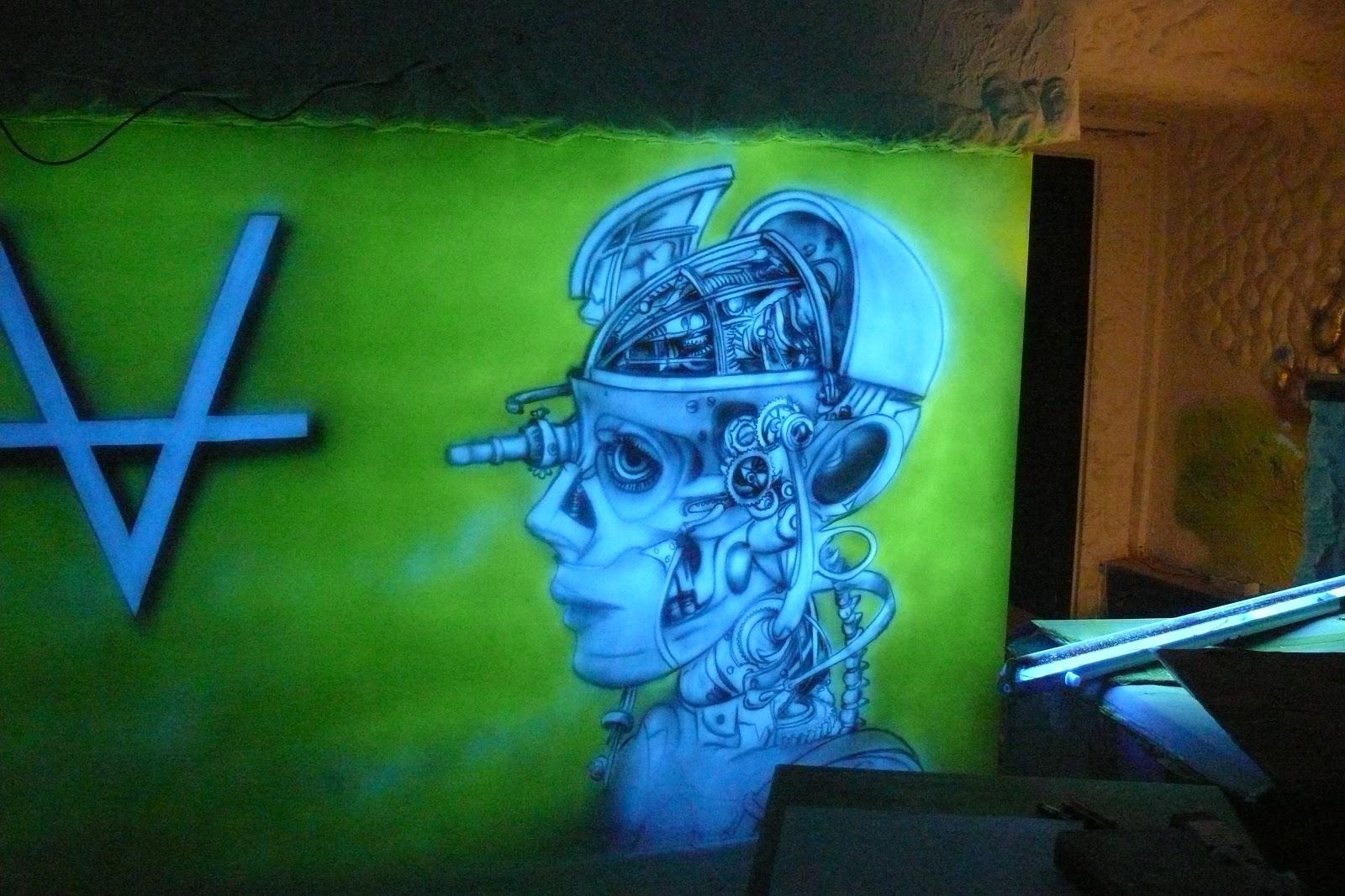 Artystyczne malowanie ściany w klubie Arctika, świecące ściany w klubie, mural UV