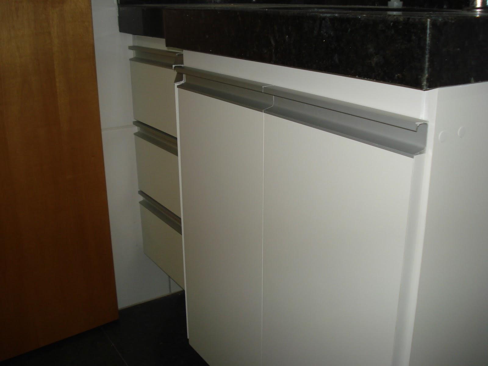 Armário para Banheiro (Padrão Branco) Portas em 18mm Puxadores  #594221 1600x1200 Armario Banheiro Aluminio