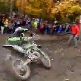 Vídeo mostra o momento em que um rapaz escapa de um terrível acidente
