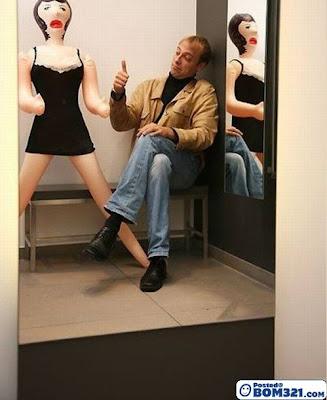 Seorang Lelaki Berkasihkan Patung