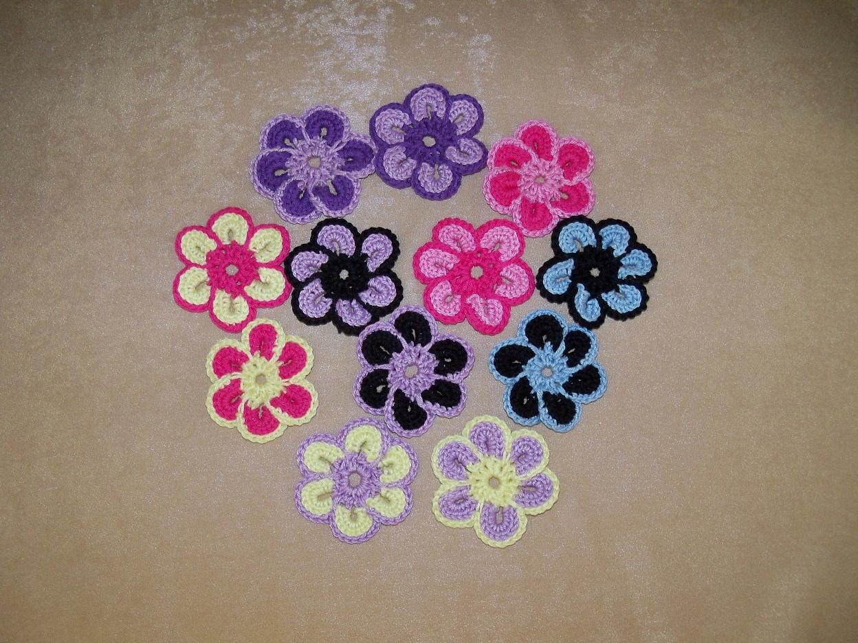 Flori Crosetate Din Bumbac 100%  Diametrul Unei Flori Este 7 Cm Si
