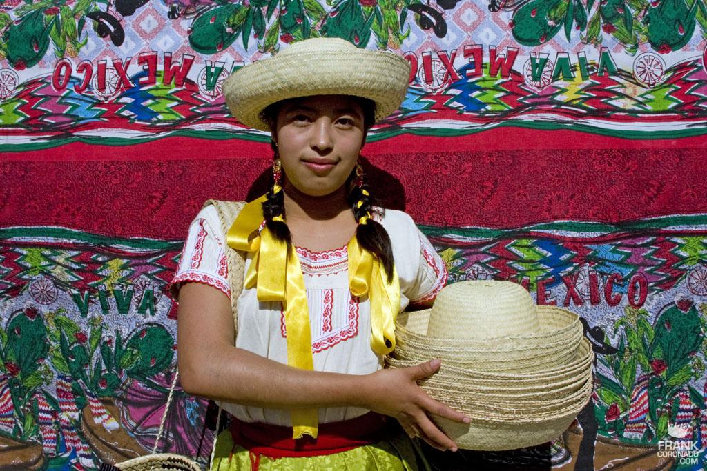 mujer de la ciudad de tlaxiaco con traje tipico