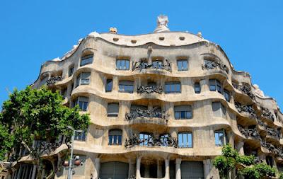 Casa Mila o La Piedrera diseñada por Antoni Gaudí i Cornet en Barcelona, España.