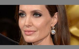 Nas imagens, Jolie aparece usando uma maquiagem carregada e completamente nua. Além de batom e esmalte preto nas mãos e pés, Jolie ainda teve as pernas amarradas para o ensaio. As imagens serão leiloadas na galeria Zebra One Gallery, na capital inglesa, por 1800 libras (pouco mais de R$ 10 mil).