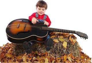 Gambar wallpaper bayi bermain gitar