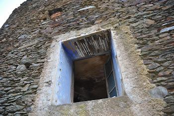 Una finestra remarcada amb enfoscat de calç sobre encanyissat