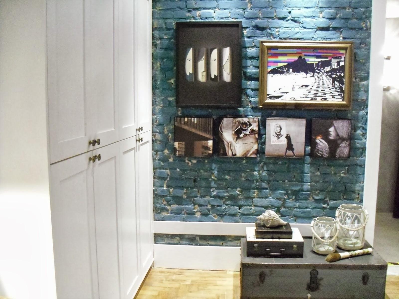 parede rústica com quadros de imagens urbanas