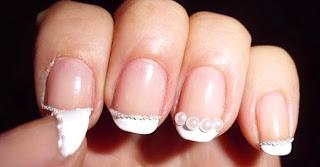 manicura perlas en las uñas