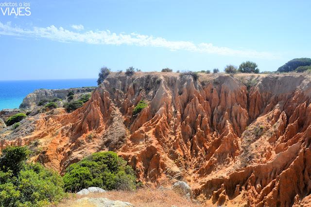 Formaciones rocosas cerca de la Praia da Marinha, Algarve