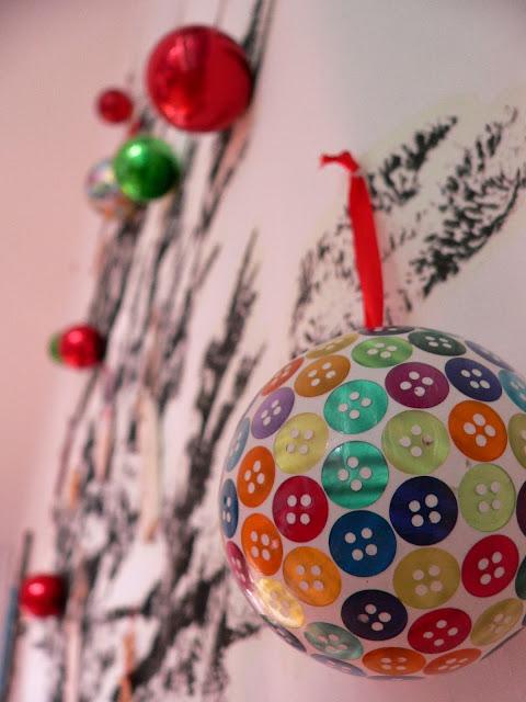 IKEA Wand Weihnachten Baum Tanne Weihnachtskugeln Deko Knöpfe